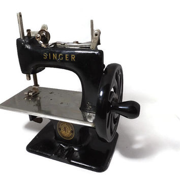 Vintage Singer Sewing Machine, Black Mini Childs Model 20, Miniature Toy Sewing Collectible, 1950s Serial Number 29962, Sew Handy