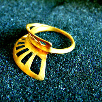 Stunning 18k gold minimal women's ring-Geometric gold women's ring-Minimalist jewelry-Women's statement ring-Artisan jewelry