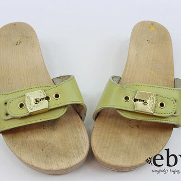 e0c9aa3c20b9 Vintage 70s Pea Green Leather Dr. Scholls Flats 6 Dr. Scholls Shoes 6 Wooden