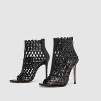 WRAPAROUND DIE-CUT HIGH-HEEL LEATHER SANDALS DETAILS
