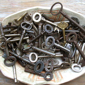 Sale - Wholesale Vintage keys - Genuine Iron Keys - 50 Old Skeleton Keys - Vintage Supplies (W-70).