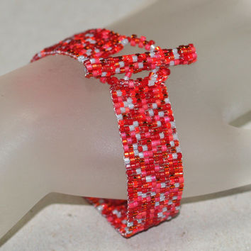 Rosy ... Peyote Bracelet . Shades of Red . Cherry . Red and Gray Bracelet . Narrow Bracelet . Shiny . Simple . Modern . Elegant . Chic