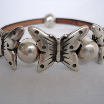 bracelet with zamak butterfly and beads. magnetic zamak clasp. Pulsera