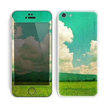 The Green Vintage Field Scene Skin for the Apple iPhone 5c