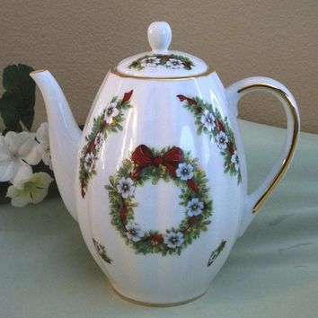 Tall Ribbed 6 Cup Teapot Christmas Wreath White Flowers