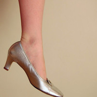 Vintage 60s Shoes/ 1960s Silver Pumps / Mod Shoes / Size 9