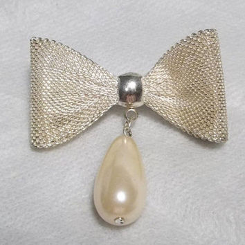 Gold Tone Mesh Pin, Brooch with a Pearl Dangle, c. 1950-1960, Excellent Condition, No Hallmarks