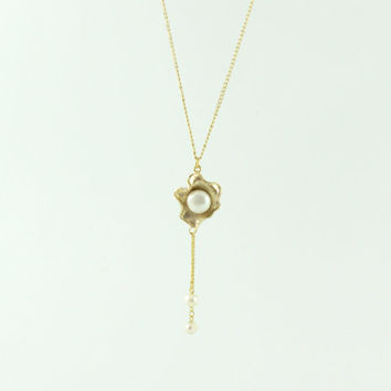 Necklace: 18k Gold plated oyster with Majorica pearls, inside the oyster and as pendants.