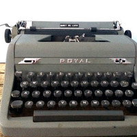 Working vintage Royal Quiet Deluxe manual typewriter with case