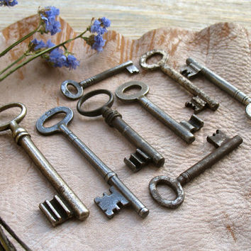 Vintage Skeleton Keys - 8 Old Keys - Vintage Iron Keys.(P-16a)