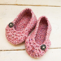 Crochet baby booties, pink booties, button, ballet slippers, baby shower, baby gift, ready to ship, handmade, girl's booties, cute shoes