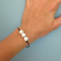 Knotted Pearl Bracelet with 3 Pearls and Leather Cord