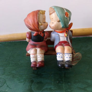Kissin' Kousins salt and pepper shakers w/clear plastic plugs by Napco. 1950's