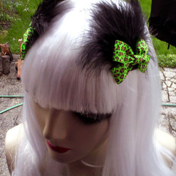 Set of 2 green leopard BOWS with black FEATHERS / new hairclips handmade by You bad Girl indie fashion / lovely cute rockabilly pin up vixen
