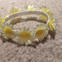 Cute White Daisy Bun Wrap With Gold Sparkles