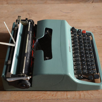 Vintage Typewriter - 1963 Light seagreen Olivetti Lettera 32 - Working Perfectly