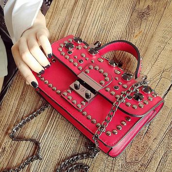 Design Small Messenger Bags for Girls Fashion Pu Leather Black Women Rivet Crossbody Bags for Women with Chain Women Bag