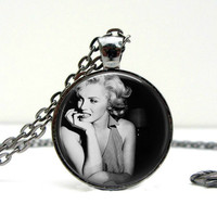 Marilyn Monroe Necklace : Biting Nails