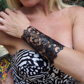 "Cuff ""Floral"" in black leather 5-3/4"" wrist"