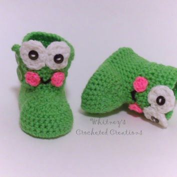 crochet frog boots , animal shoes , handmade , button up boots , photo prop , gift , baby shower gift , new baby , shoes , froggy , spring