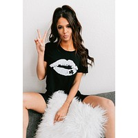 Lucky Kiss Lip Graphic Cropped T-Shirt (Black)