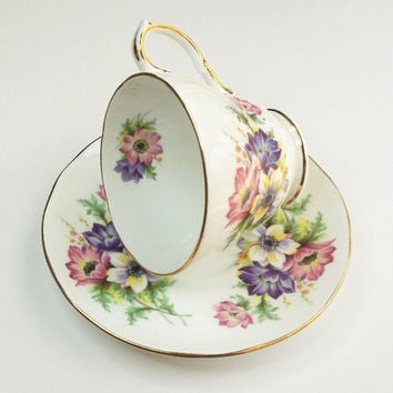 Royal Winchester Bone China teacup tea cup and saucer with purple pink white flowers - In excellent condition - Made in England