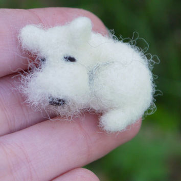 Dog brooche, felt brooche, needle felted animal, miniature animal brooche, needle felted dog, wool felt pin, woolfelt brooche, tiny felt dog