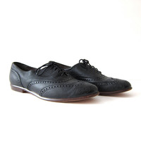vintage leather oxfords. black lace up shoes. wing tip oxfords. preppy leather shoes.