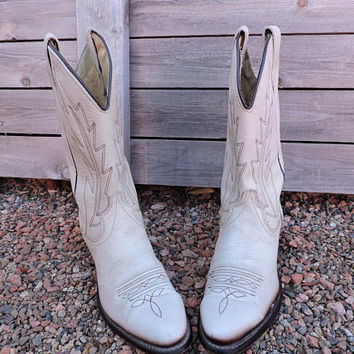 Ivory cowboy boots 8.5 womens / 80s wrangler boots / vintage cream cowgirl boho wedding boots /  GravelStreetVintage