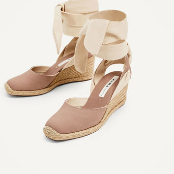 CONTRASTING TIED WEDGES DETAILS