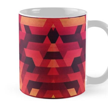 'Abstract red geometric triangle texture pattern design (Digital Futrure - Hipster / Fashion)' Kaffeebecher by badbugs