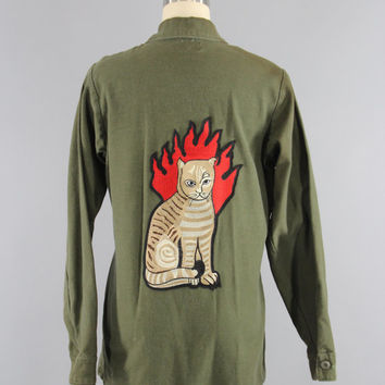 SALE - Vintage 1970s Embroidered US Army Shirt / HELL Cat / 70s Military Olive Army Green / Flaming Cat Embroidery Patch / Hell On Wheels