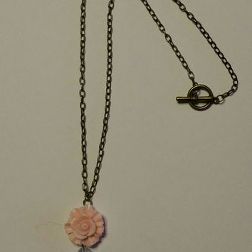Beautiful vintage flower necklace.