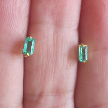 Vintage 18k Gold Natural Earth Mined Green Emerald Stud Earrings