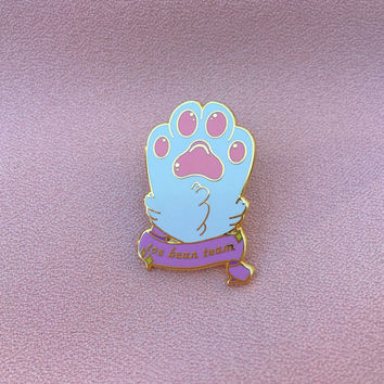 White kitty paw - Toe bean team- Hard enamel pin