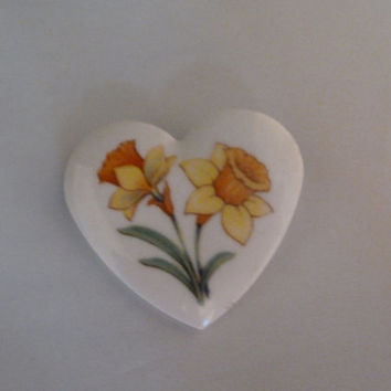 Vintage Avon daffodil flower ceramic brooch pin 1980s March costume jewelry Easter Spring