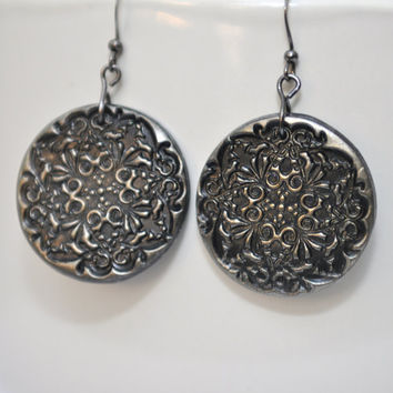 Glimmering stamped lace pattern earrings