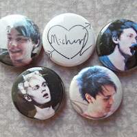 Michael Clifford Signature in an Arrow Heart Five Seconds of Summer 5SOS 1-Inch Pinback Button 5-Pack