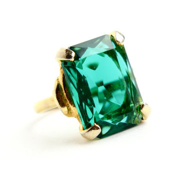 Vintage Emerald Green Glass Stone Ring - Size 8 Gold Tone Rectangular Rhinestone Costume Jewelry / Chunky Statement
