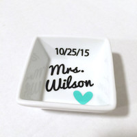 Personalized Wedding ring dish, Customized Mrs ring holder, Wedding gift, Engagement gift, Wedding date, Bridal shower gift