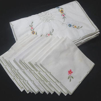 1980s Vintage Hand Embroidered White Tablecloth & 12 Matching Napkins, Lace Inserts, 64 x 80 Inches, Vintage Table Linens
