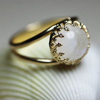 Round golden ring with moon stone, Gold gemstone ring, Moon stone ring, Vintage ring, Delicate ring