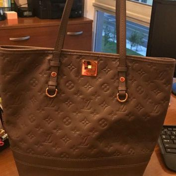 ONETOW Women bag Louis Vuitton bag. Impeccable condition. Timeless LV bag.