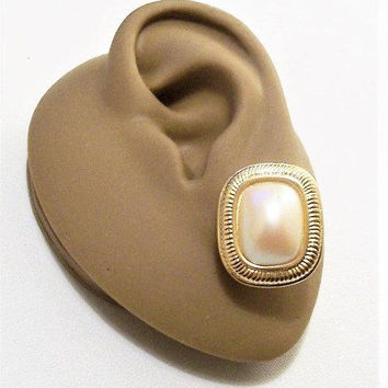 Richelieu Square Pearl Pierced Post Stud Earrings Gold Tone Vintage Rounded Rib Lined Edges White Bevel Domed Bead