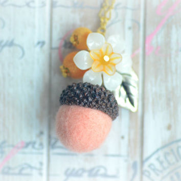 Woodland theme acorn and flower necklace, needle felted wool acorn necklace, peach acorn white flower, whimsical jewelry, gift under 15