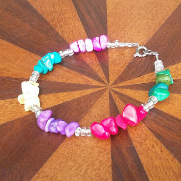Multicolored stone chip and bead bracelet