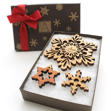 Family Personalized Christmas Ornament - Custom Engraved Wood Snowflake Design Gift Box Set . Timber Green Woods
