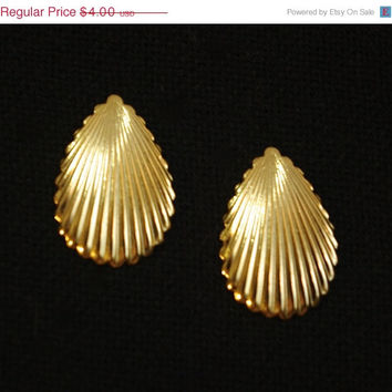 Vintage 80s gold tone teardrop shell shaped earring for women and teens. Prom jewelry, costume jewelry, pirate garb