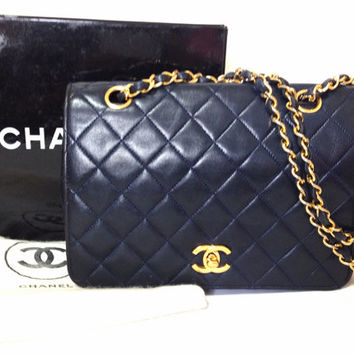 80's Vintage CHANEL navy quilted lambskin classic mid size 2.55 shoulder purse with golden CC and chain strap. The very classic bag.