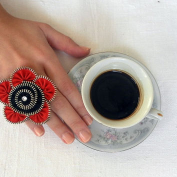 Flower ring zipper designBlack and red Ring is by ZipperDesign